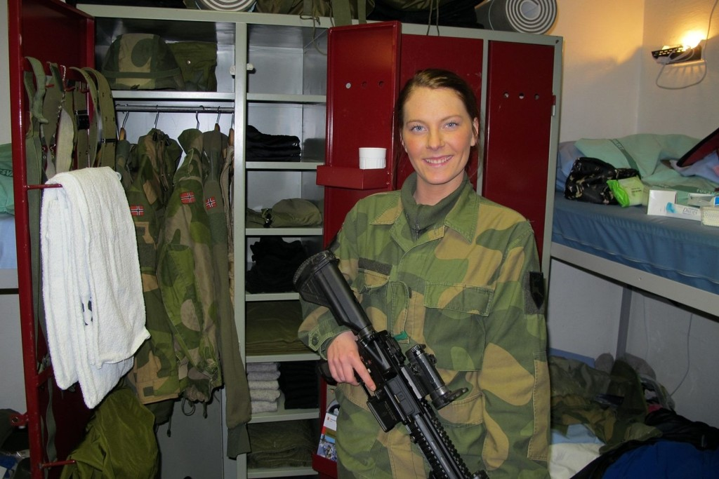 På ROMMET: Ida Lilleaas Lystad på rommet sitt i Heggelia leir med sitt personlige våpen, HK-416.