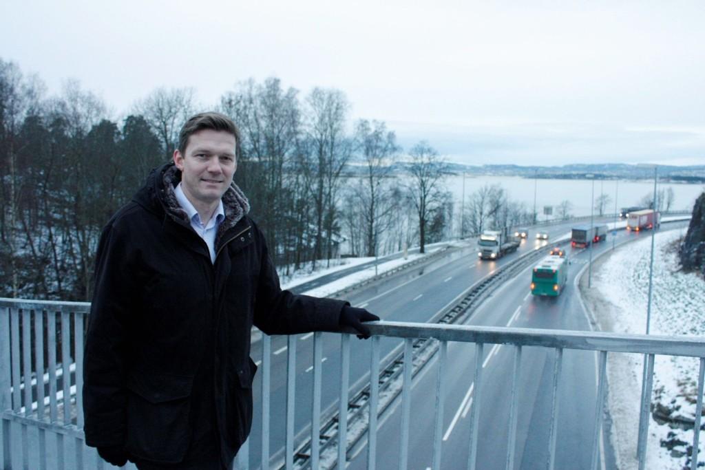 VISJONER: Steinar Wulfsberg-Gamre, leder av Nordstrand Høyre, står på gangbroen ved Herregårdsveien en tidlig januarmorgen og ser for seg Mosseveien som et svar på Strandveien i København.