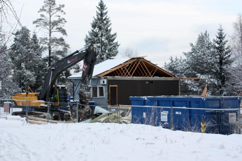 Rives: Denne uken forsvinner det gamle brakkebygget ved Lofsrud skole.