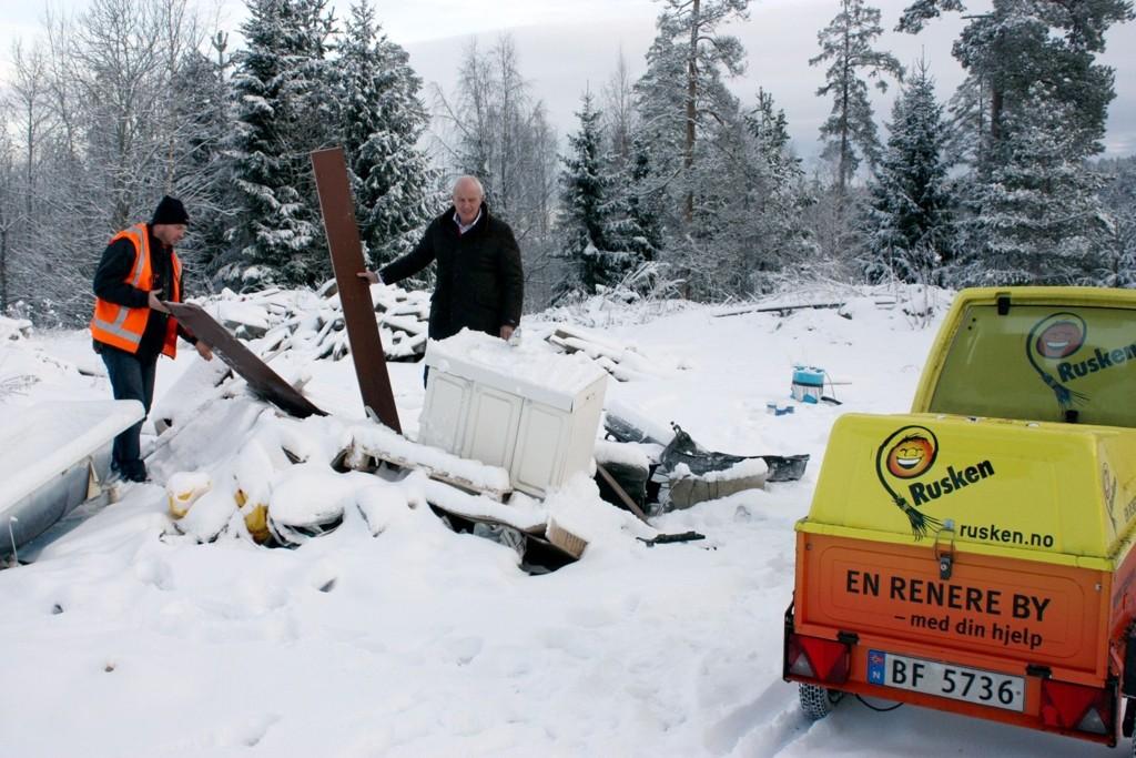 Søppel: Rusken-general Jan Hauger og Lubos Sikela i Ruskenpatruljen forsøker å finne ut hvem som har kastet store mengder søppel på Åsland.