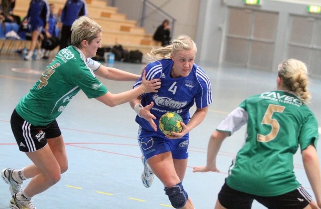 Blir med: Mari Hegna spiller i Oppsal neste sesong. Her i duell med Sverresborgs Tonje Iren Berg (venstre) og Tora Sletvold.