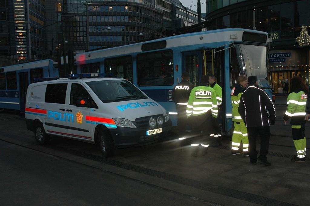 Mannen havnet under trikken ved Oslo S mandag morgen.