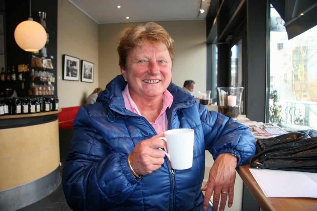 MEDDOMMER: Laila Kristiansen har vært meddommer i flere enn 100 saker. – Interessant, men man bør ikke være av den sarte typen, sier hun. Her fra Kaffepikene i Nydalen.