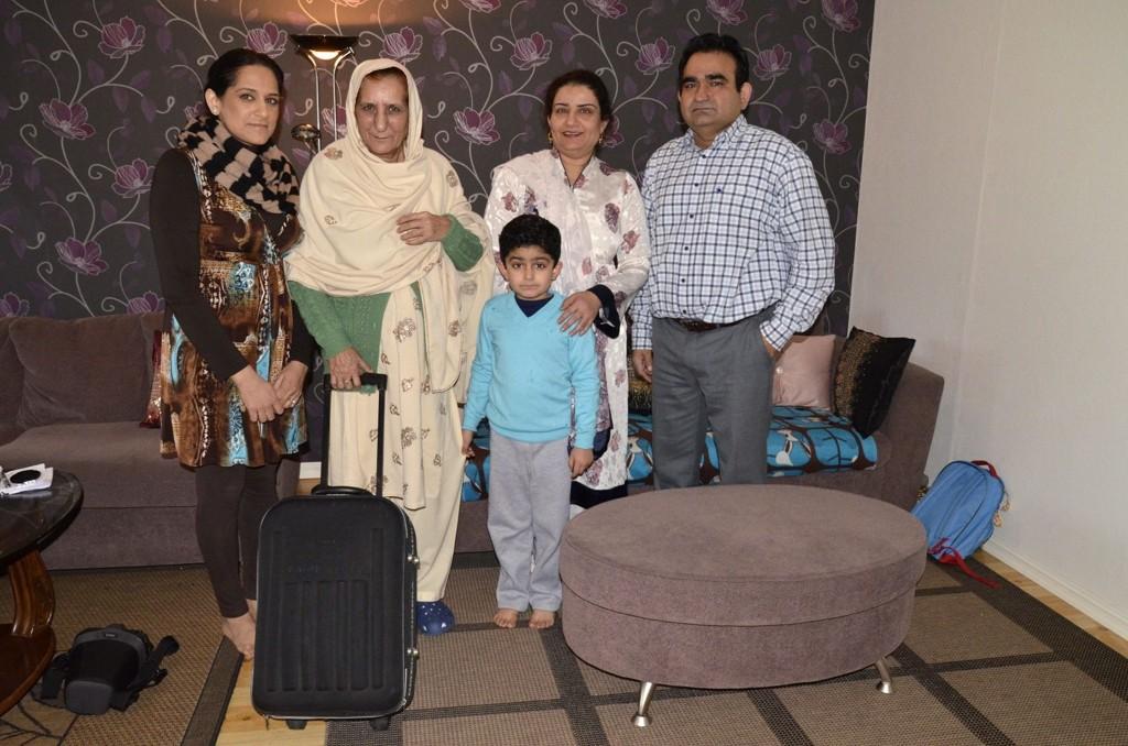 AVSKJEDSDAG: Fra venstre; Rubina Riaz (32), Rasool Begum (65), Arian Mahmood (6), Asma Mahmood (40) og Arshad Mahmood (45). Rasool Begum har hatt et hyggelig besøk hos familien på Furuset. Torsdag 12. januar reiste hun hjem til Pakistan.