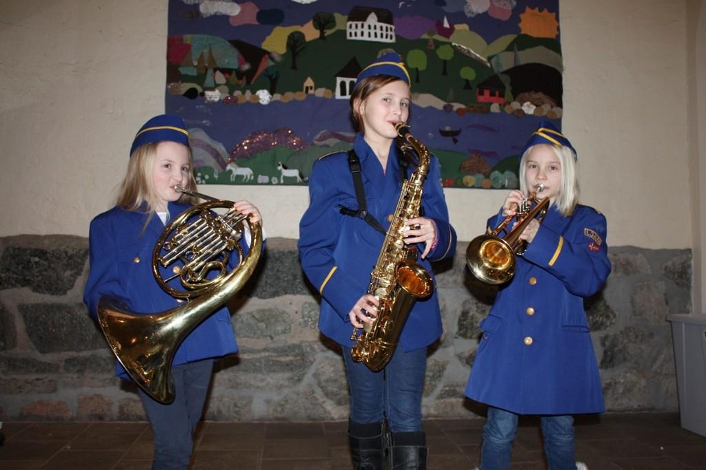 UNIFORMJAKT: Tiåringene Rebekka Kristine Dokk Husveg (walthorn), Iselin Hjelle Horntvedt (saxofon) og Veslemøy Blørstad Erikson (trompet) ønsker å ha på seg uniformer som passer når de skal spille 17. mai.