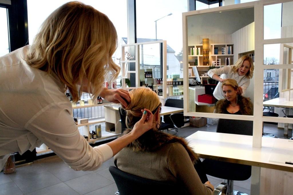 HOPE HAIR: Daglig leder for Hope på Holtet, Silje Holtan-Hartwig, fikser håret til frisør Maiken-Gabrielle Digre. Interiøret i salongen er tegnet av Lars Hole, som står bak nye Bøler kirke.