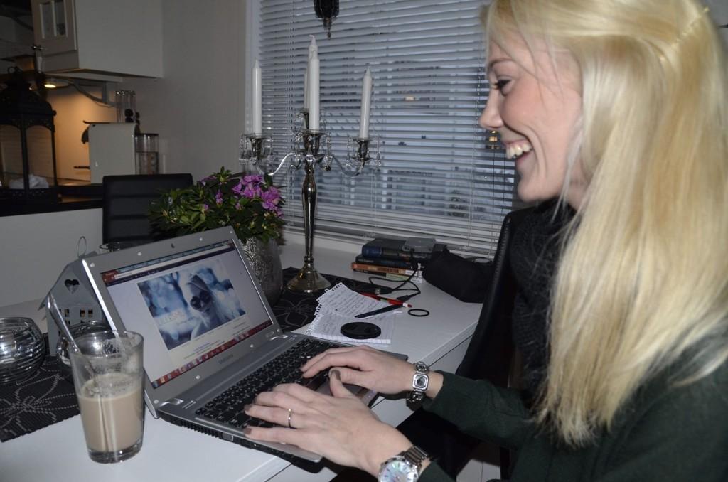 ELSKER Å BLOGGE: Livet som blogger begynte da Kari Rasmussen Sørlundsengen var syk og sengeliggende. Hun kjedet seg og hadde tid til overs, og begynte å titte på ulike blogger. Hun ble hekta. Nå blogger hun minst to timer hver dag.