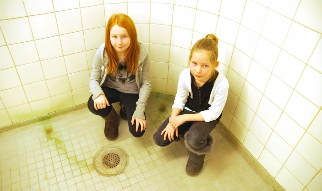 EKKELT: Helene Sofie og Helene i 5A orker ikke å dusje i dette anlegget etter gymmen. Dusjen fra 1939 har grønne avleiringer på gulv og vegger og er den samme som tyskerne brukte under okkupasjonen av skolen.