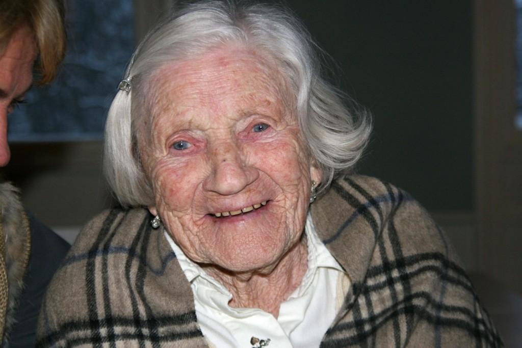 STOLT AV BARNDOMMEN: Elsa Linnert (96) har gode minner fra Saxegården, og er svært stolt av å ha vokst opp nettopp her.