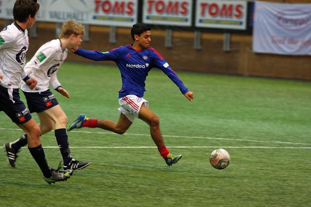 I SKUDDET: Her sender Mortensrud-gutten Ghayas Zahid (17) Vålerenga opp i ledelsen 2–1 mot Viking, men gjengen fra Stavanger slo tilbake og vant bronsekampen.