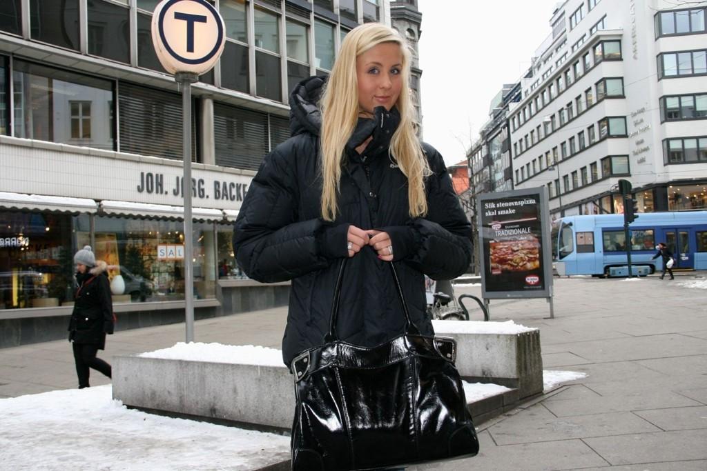 VIL AT FOLK SKAL PASSE PÅ: Camilla Frøseth (21) hadde satt fra seg vesken sin i gangen hjemme. I løpet av fem minutter hadde noen gått inn i gangen og stjålet vesken. Nå ønsker Frøseth at andre er påpasselige slik at tyverier ikke skjer dem.