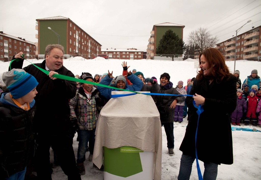 GRAND OPENING: Byråd Bård Folke Fredriksen og statssekretær Heidi Sørensen markerer byggestarten av Bjerkedalen Park.  FOTO: Groruddalssatsingen