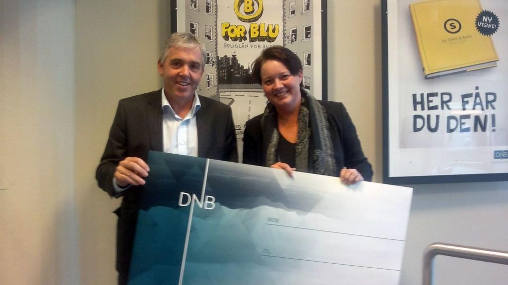 TIL GODE FORMÅL:Banksjefene i DNB, Arne B. Larsen (Nordstrand) og Lilan Dahl Johansson(Manglerud) deler igjen ut penger.