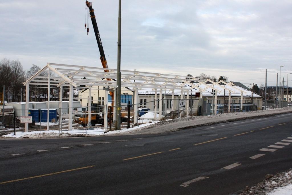 NYTT SERVICEBYGG: Den nye lakkeringshallen for trikker reiser seg i krysset Kongsveien/Steinhammerveien.  får trikkenes verksteds- og vognhall.