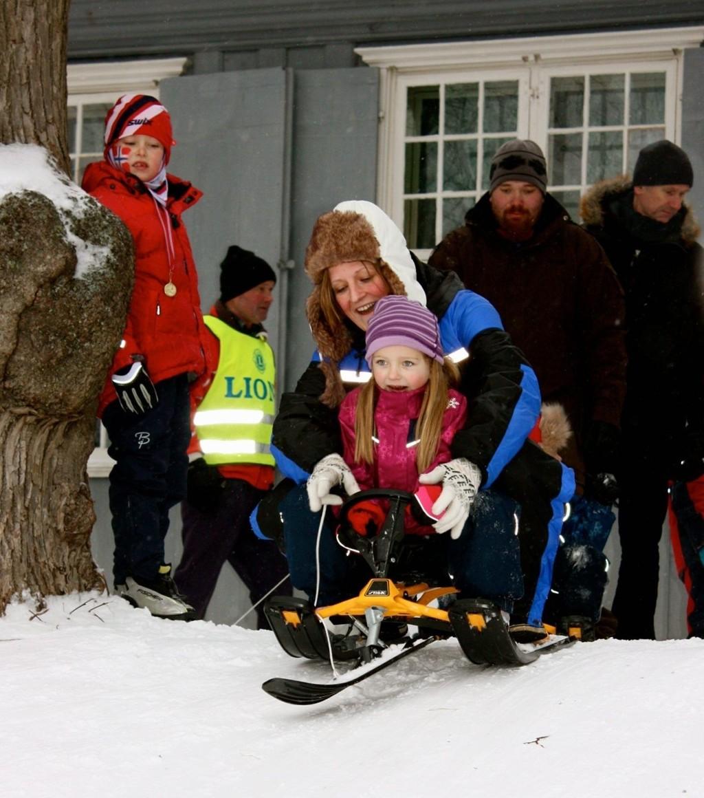 FORNØYDE: Linn Bjercke og Ellen Johansen satte utfor akebakken ved Nordre Skøyen hovegård under vinterlekene søndag formiddag.