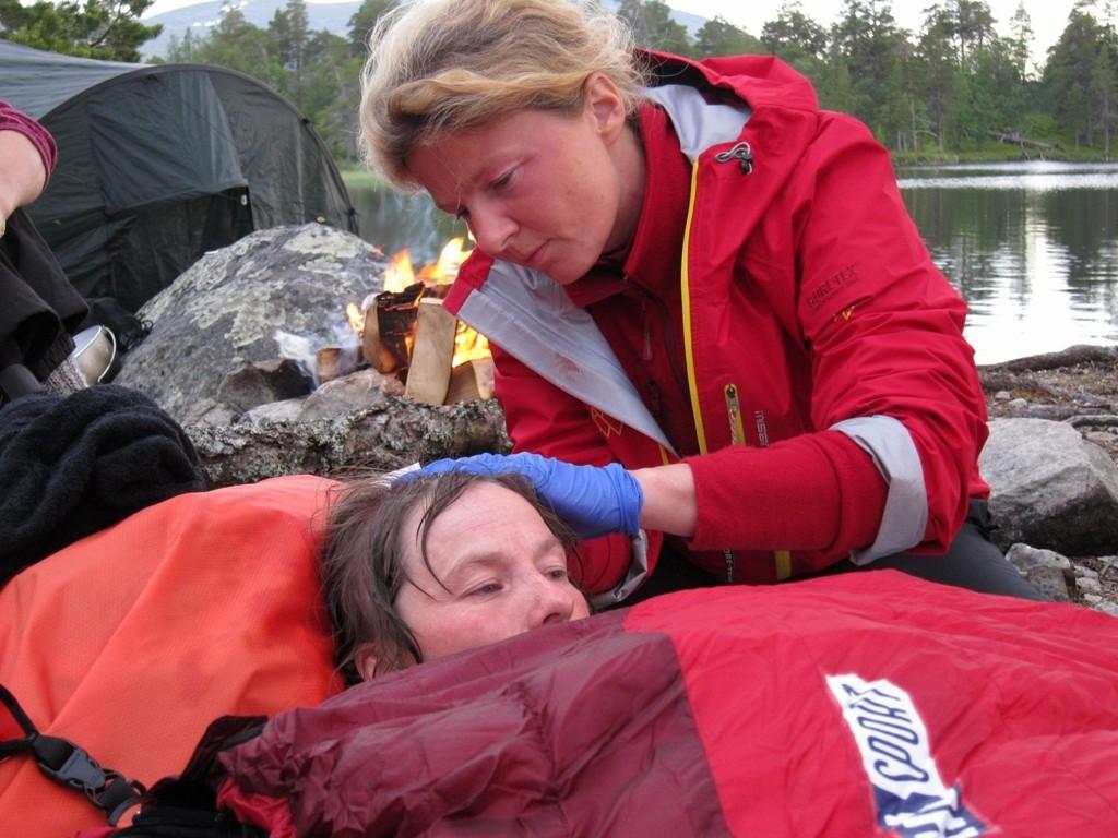 INGEN GRENSER: Monica Sailer ser til deltaker Liv Tone Lind som slo hodet etter en dramatisk kanoulykke. En million nordmenn så dramatikken. Sailer, som lenge var bosatt i Bydel Nordstrand, har vært lege i Ingen grenser i to sesonger.