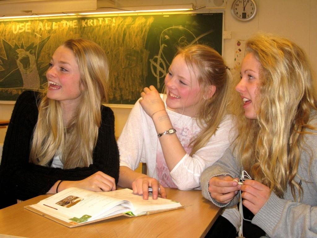 VALGETS KVAL: Ris-elevene Marie Heum (15), Nora Bakken (16) og Thea Bakken (15) er tre av byens flere tusen 10.klassinger som skal ta det store skolevalget i disse tider.