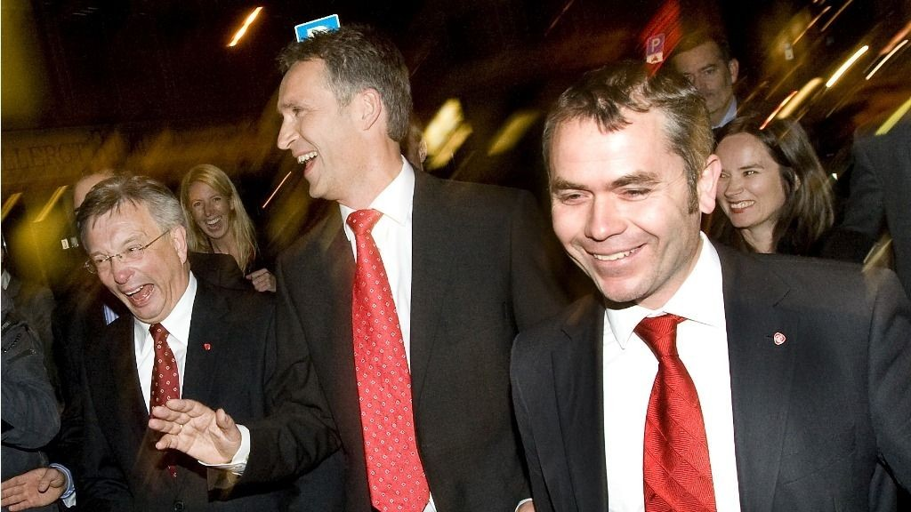 Statsminister Jens Stoltenberg (i midten), Karl Eirik Schjøtt-Pedersen (tv) og statsekretær Torbjørn Giæver Eriksen.