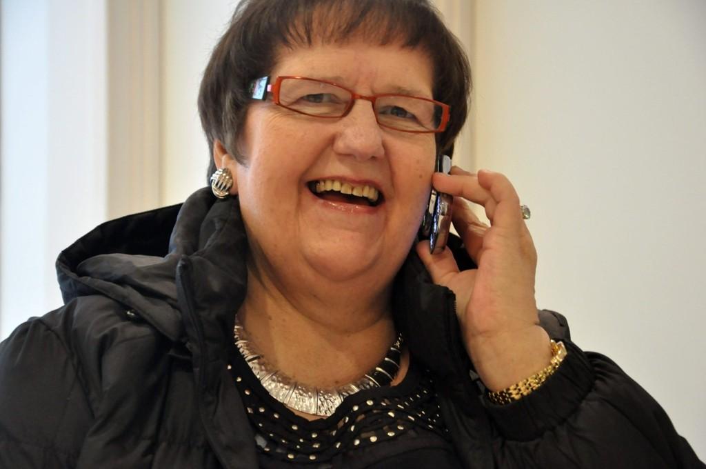 Telefonisk kontakt: Randi Hammerstrøm har stor glede av å være telefonvenn. Nå håper hun at flere ønsker å snakke med eldre og uføre, slik at de har noen å dele sorger og gleder med.