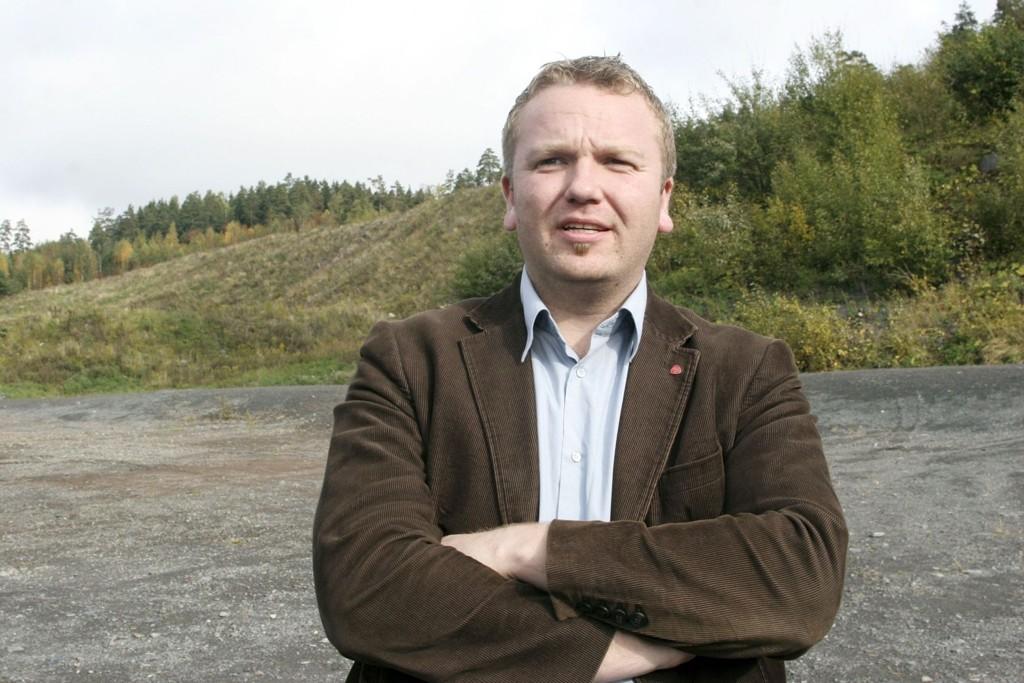 Fraksjonsleder i byutviklingskomiteen, Anders Røberg Larsen (Ap), mener det er respektløst av Oslo Vei AS å ikke ta hensyn til bystyrevedtak, lokalbefolkning og lokalpolitikeres motstand mot Huken pukk- og asfaltverk i Bydel Grorud.