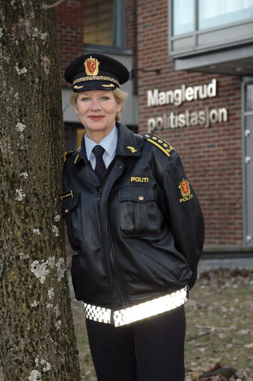 IKKE LA DEG LURE: Stasjonssjef Gro Smedsrud ber folk være på vakt mot folk med uærlige hensikter.