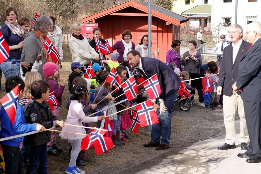 17. MAI-STEMNING: H.K.H. Kronprins Haakon ble tatt imot av barnehagebarn og norske flagg da han ankom Lerdal fritidsklubb.