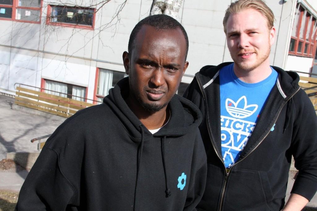 PÅ JOBB: Abdi Mohamed og Glenn Sverre Gulbransen i skolegården på Haugerud skole.