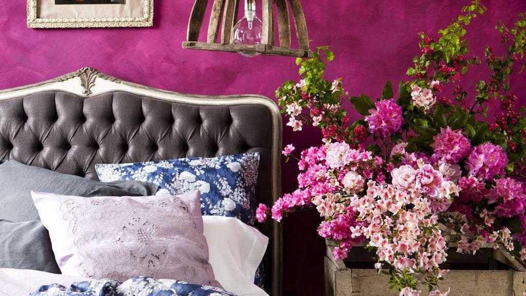 Romantisk med sjokkrosa vegger og tekstiler i blonder og fløyel.