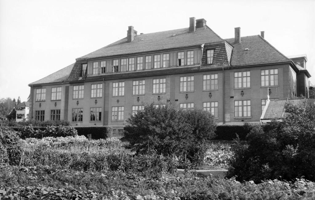 Bekkelaget skole og skolehave ca. år 1940. Foto: Esther Langberg, utlånt av Oslo Museum.