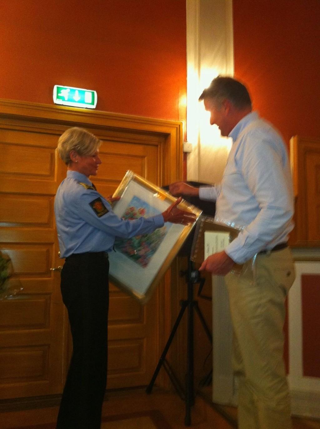 SETTES PRIS PÅ: Formann i Nordstrand vel, Jarle Abelson delte ut miljøprisen til Gro Smedsrud og Manglerud politistasjon.