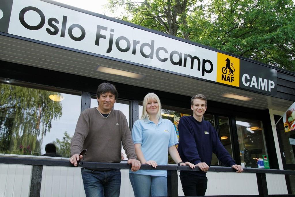 ERFARING: Kjell Veddegjerde (t.v.) i NAF har god erfaring med drift av campingplasser i Oslo, og skal være ansvarlig i Hvervenbukta også i år. Her fra åpningen i fjor sammen med Camilla Andersen og Thobias Bjørseth.