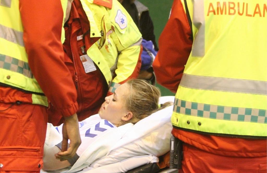 DRAMATISK: NIF-spiller Mette Leipart ble hentet av ambulansepersonell i Nordstrandhallen onsdag kveld.