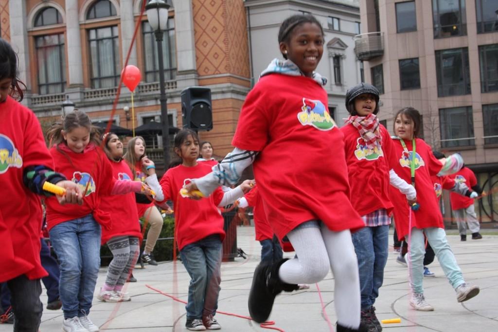 VINNERE: 5. og 6. trinn ved Lindeberg skole har øvd på hoppetaudans i ukesvis. Denne torsdagen viste de kunstene i anledning Nasjonalforeningen for Folkehelsens hoppetaukonkurranse «Hopp for hjertet».