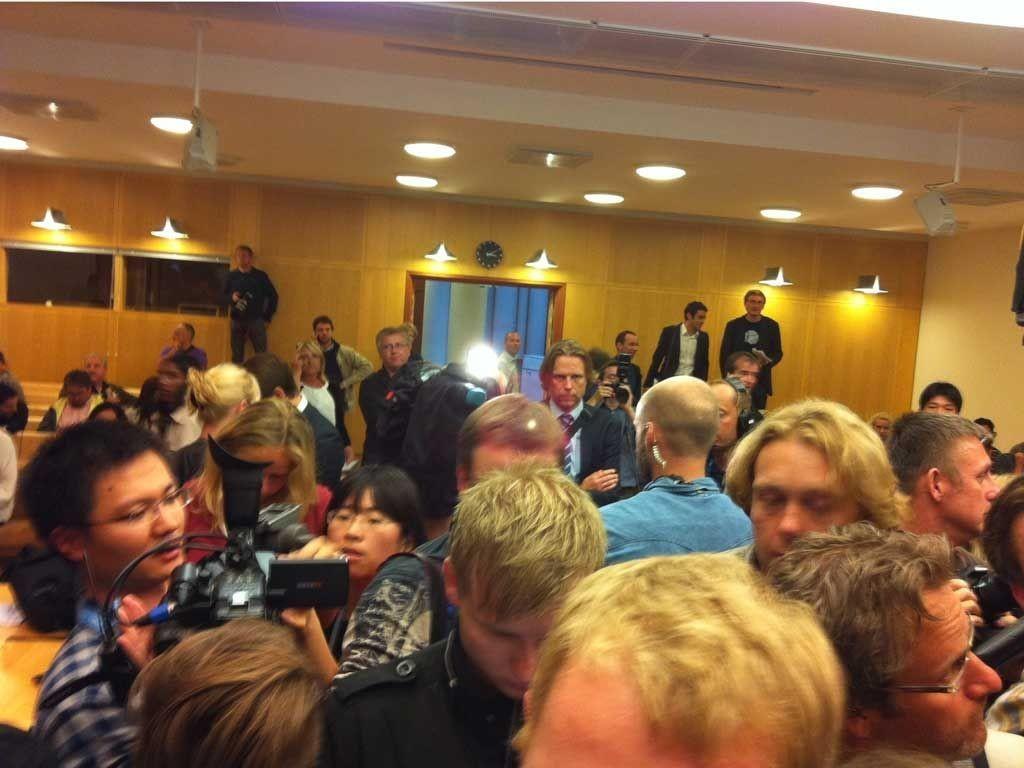 KAOS: Det var kaotiske tilstander i sal 227 i Oslo tinghus da tingrettsdommer Kim Heger leste opp kjennelsen etter fengslingsmøtet i terrorsaken.