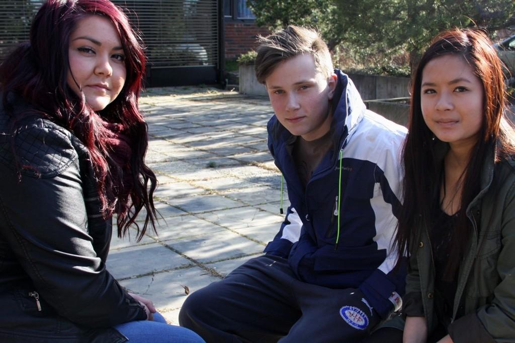 Kommer til å følge med: Sabrÿe Avdÿi (17), Aleksander Jansen (17) og My Linn Truong (17) gruer seg til rettssaken begynner, men vil følge med. FOTO: JULIE MESSEL