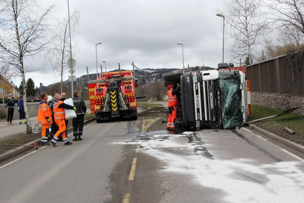 Da denne søppelbilen veltet og braste inn i motsatt kjørefelt holdt det på å gå riktig galt for en møtende bilist.