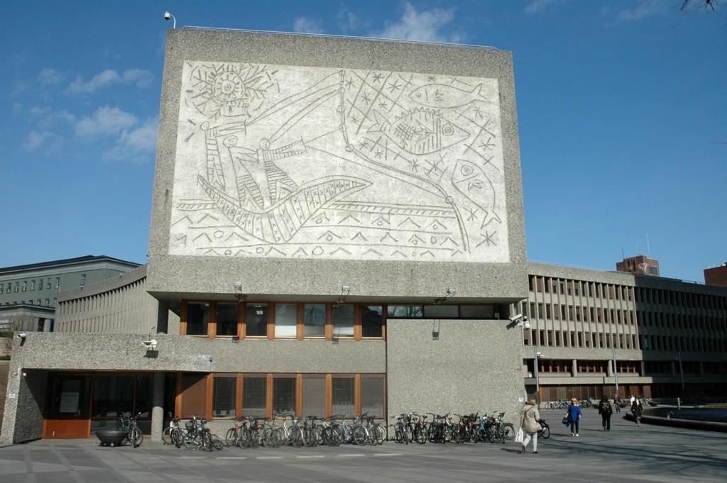 FISKERNE: Dette kunstverket fra Regjeringskvartalet er et av resultatene av samarbeidet mellom Carl Nesjar og Pablo Picasso.  ARKIVFOTO: NINA SCHYBERG OLSEN
