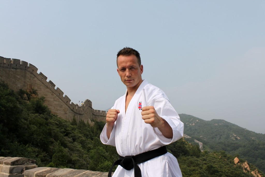 TIGER: Steffen Larsen vant forrige helg Nordisk Mesterskap i karate, og konkurrerer snart også for Tiger Karateklubb på Frysja. Her fra den kinesiske mur.