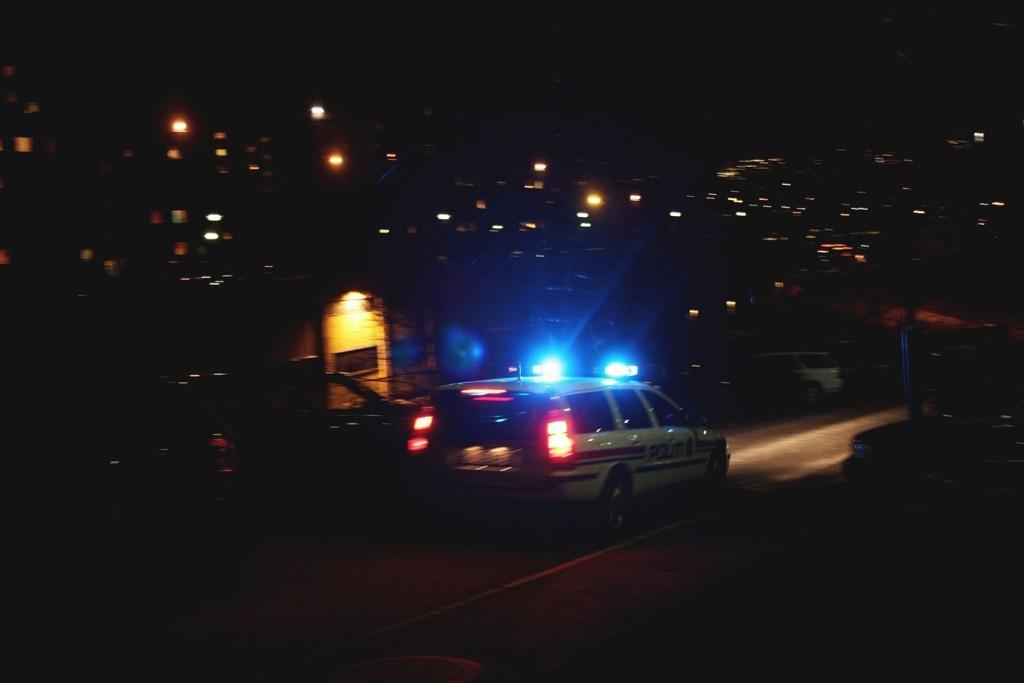 Bilforfølgelsen, som foregikk på natt til tirsdag, foregikk i stor grad på gangvei. Personen som flyktet fra politiet endte på sykehus etter å ha kjørt av veien. Nå er Spesialenheten for politisaker koblet inn for å ettergå saken i sømmene.