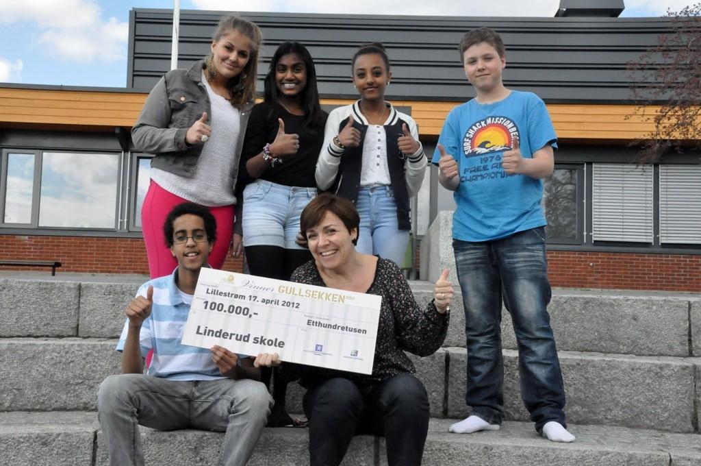 Madeleine Sundberg (16), Saron Fikri Ukbaab (15), Ann Cindy Pillai (14), Marcus E. Kolstad (14), Bashir Hussein (16) og lærer og prosjektlederfor Linderudfestivalen Cathrine Torsvik Thingnes er glade for premien på 100.000 kroner.