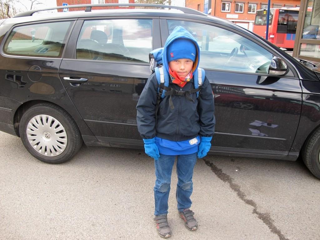 SINT OG REDD: Max Cordes synes bilene kommer alt for fort rundt svingen ved skolen hans. Nå ber han kommunen om hjelp.