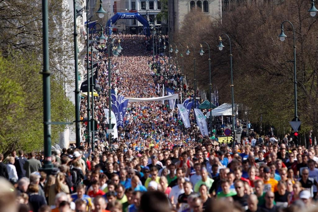 MANGE I AKSJON: Nesten 9000 deltok på det ti kilometer lange løpet.