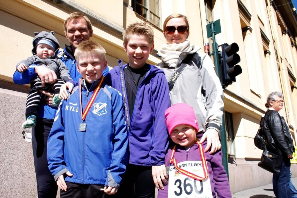 SPORTY FAMILIE:  Familien Dahlstrøm stilte opp på Sentrumsløpet. F.v Lars (7mnd), pappa Fredrik (41), Kristoffer (10), Jørgen (12), mamma Maria og Ingrid (3)