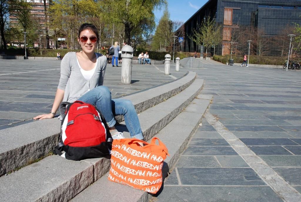 GLAD STUDENT: Anh Duong nyter sola på Blindern før hun skal på kurs.