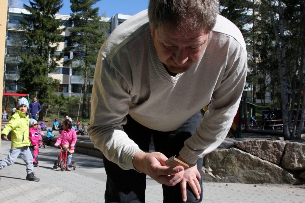 OPPGITT: Styrer i Tiurleiken barnehage, Ivar Hjelvik, snakker om knuste ruter med noen av barna i Tiurleiken barnehage.