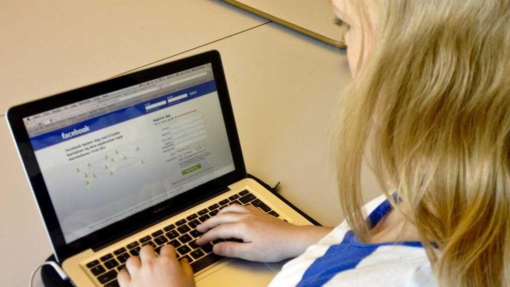 Facebook avhengighet bar mange likhetstrekk med avhengighet til alkohol eller narkotika, kommer det frem i undersøkelsen. (ILLUSTRASJONSFOTO)