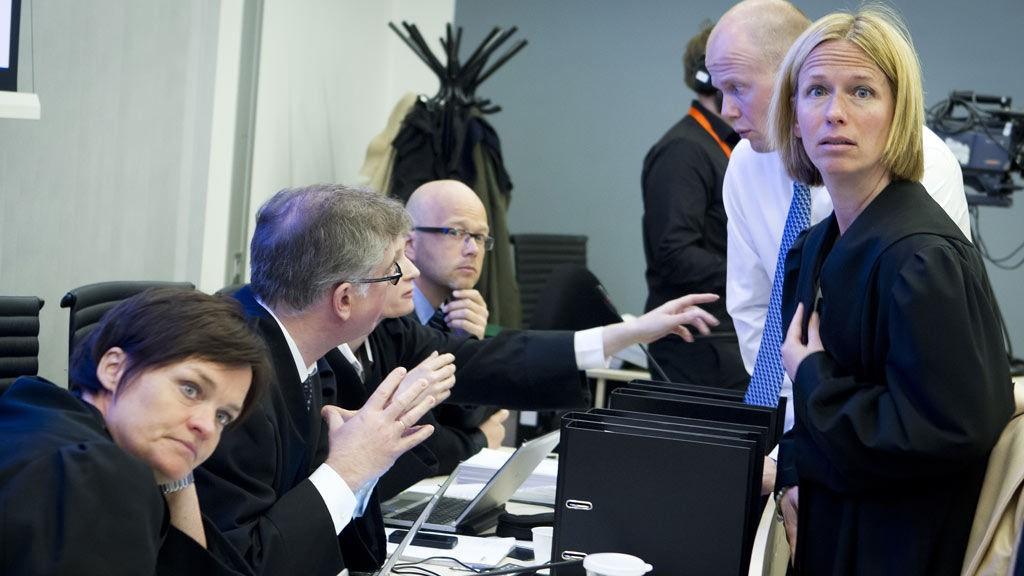 Terrorrettssaken mot Anders Behring Breivik i Oslo tingrett 2012. Statsadvokat Inga Bejer Engh er tydelig beveget under gjennomgåelsen av obduksjonsrapportene i rettsal 250