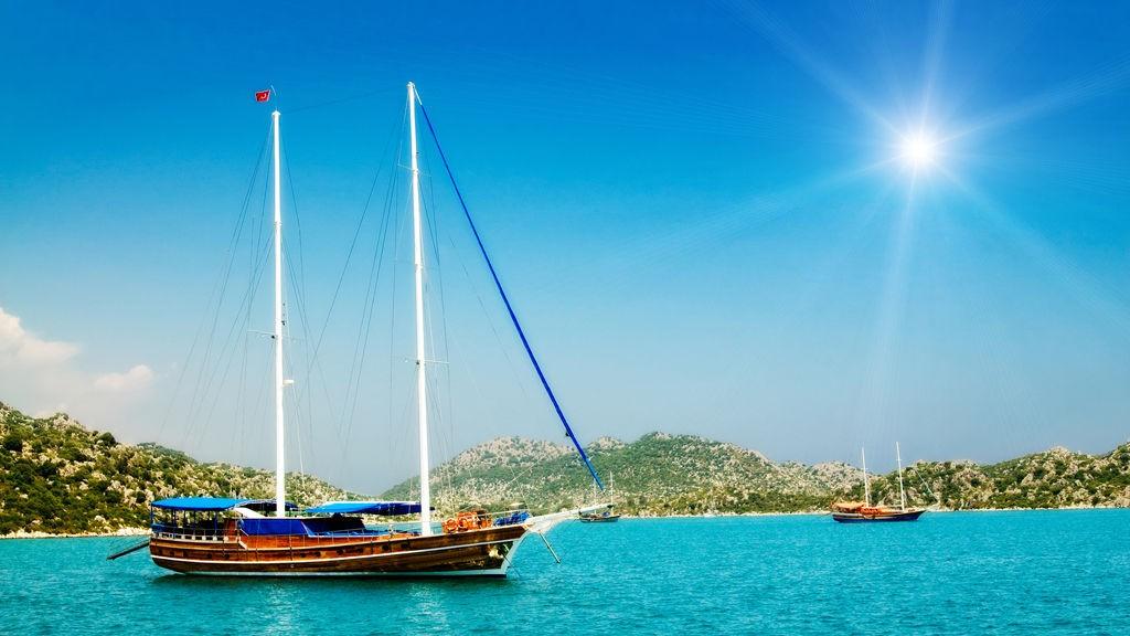 Herlig sol og sommer på en yacht på turkiskysten i Tyrkia.