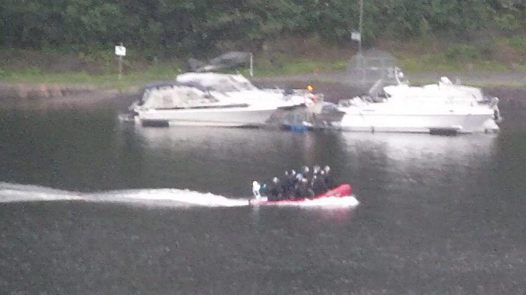 Beredskapstroppen kom seg omsider over på Utøya i en liten overlesset båt.