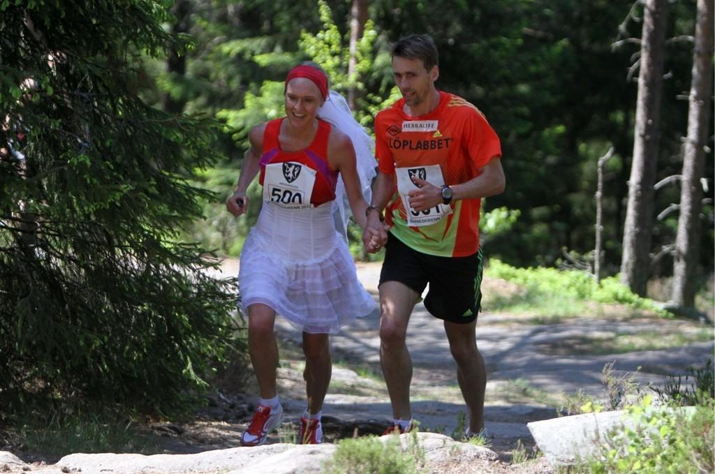 Lenket sammen: Kjersti Karoline Danielsen og Øystein Sylta løp opp på Årvollåsen med håndjern.